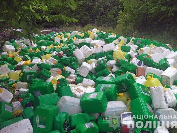 В Хмельницкой области лесополосу засыпали канистрами из-под химикатов