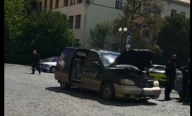 В Ужгороде мужчина поджег свой автомобиль под стенами Закарпатской ОГА