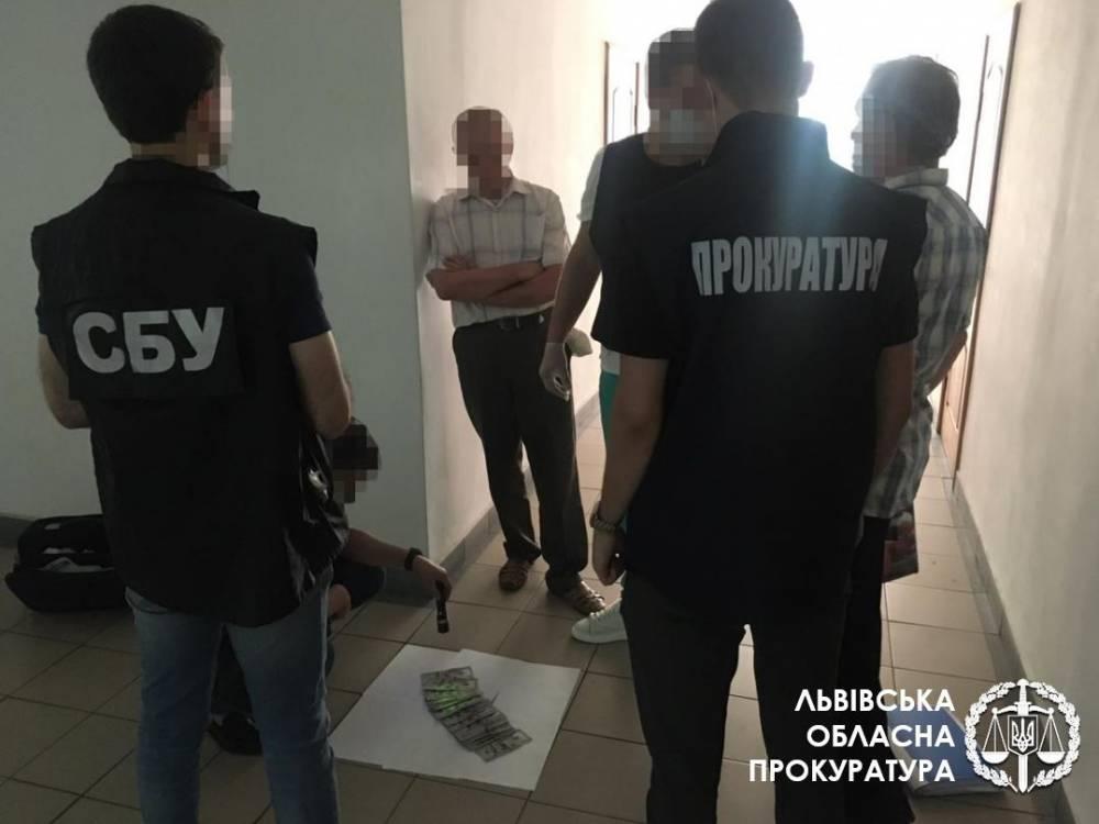 Во Львове на взятке поймали чиновника Фонда соцстраха
