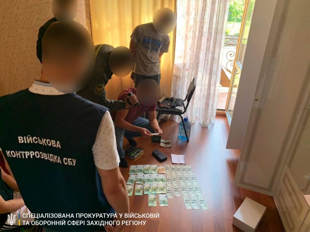 В Чопе пограничника поймали на взятке в 8 тысяч евро