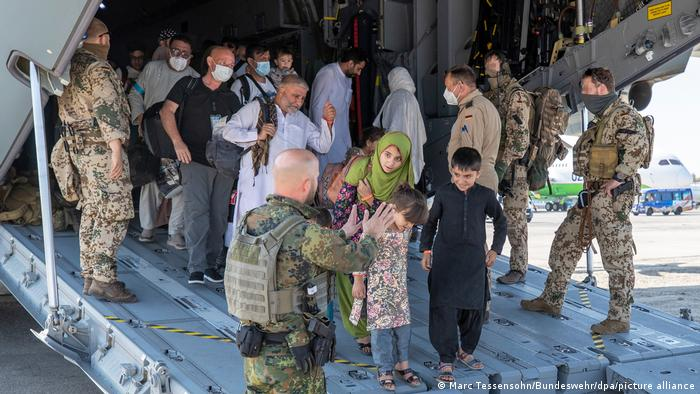 Министерство обороны продает афганским беженцам места на самолетах