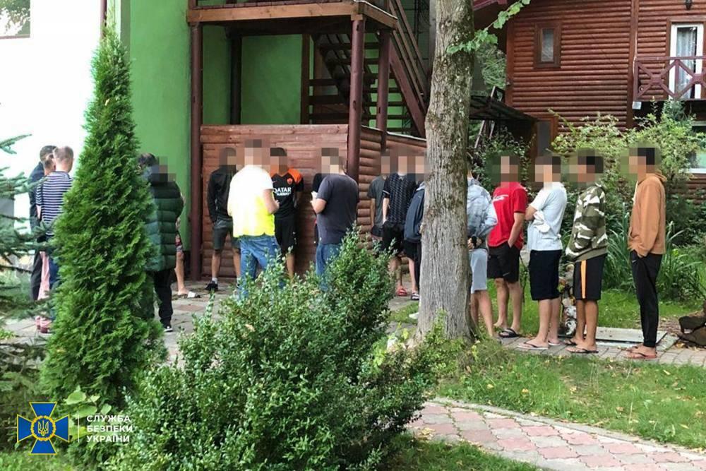 Во Львовской области экс-милиционер помогал легализовать мигрантов из Бразилии