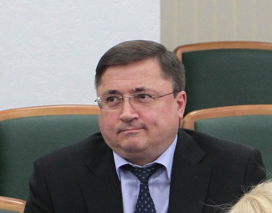Судья ВСУ Власов задекларировал коллекции пластинок, марок и статуэток поросят